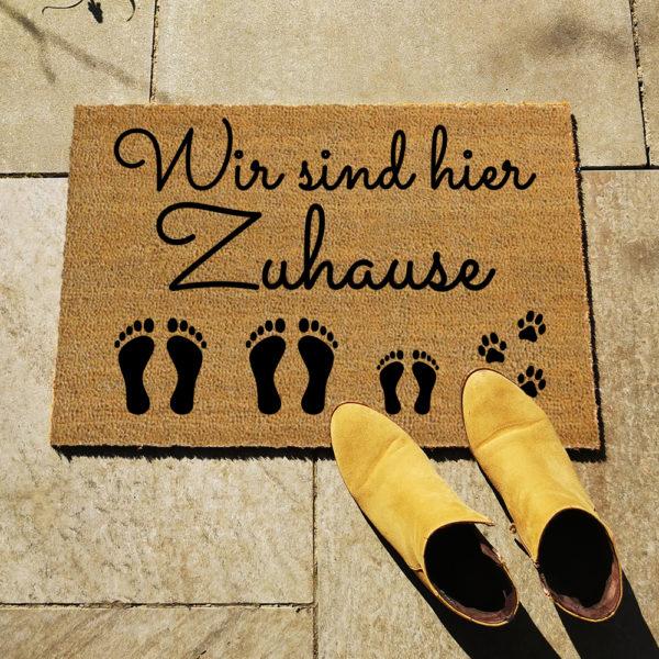 Fußmatte - Wir sind hier Zuhause - Artikelbild 2xE1xKHund