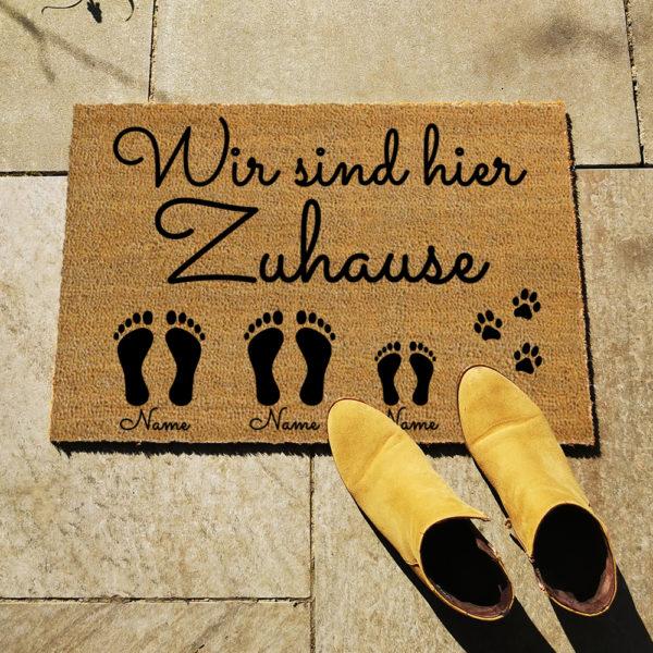 Fußmatte - Wir sind hier Zuhause - Artikelbild 2xE1xKHundName