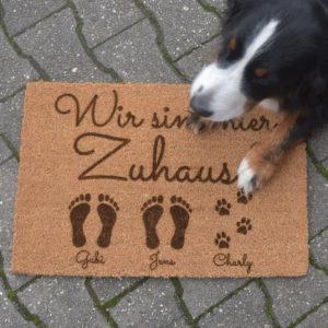 Fußmatte - Wir sind hier Zuhause - Artikelbild 2xEKHundName1