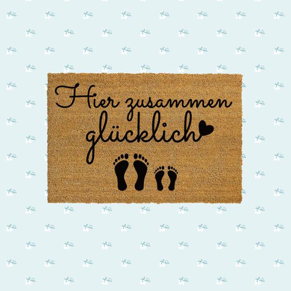 Fussmatte-Hier-zusammen-gluecklich-Fotomontage-quadratisch-1E-1K.jpg