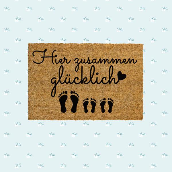 Fussmatte-Hier-zusammen-gluecklich-Fotomontage-quadratisch-1E-2K.jpg